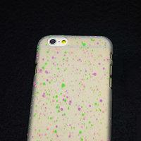 """Белый пластиковый чехол для iPhone 6 Plus / 6s Plus (5.5"""") матовый светящийся в темноте фиолетовые розовые зеленые капли"""