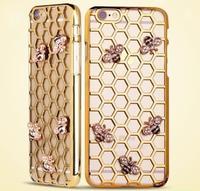 Пластиковый чехол накладка с рисунком соты и золотые металические пчелы  для iPhone 6s / 6 цвет золотой